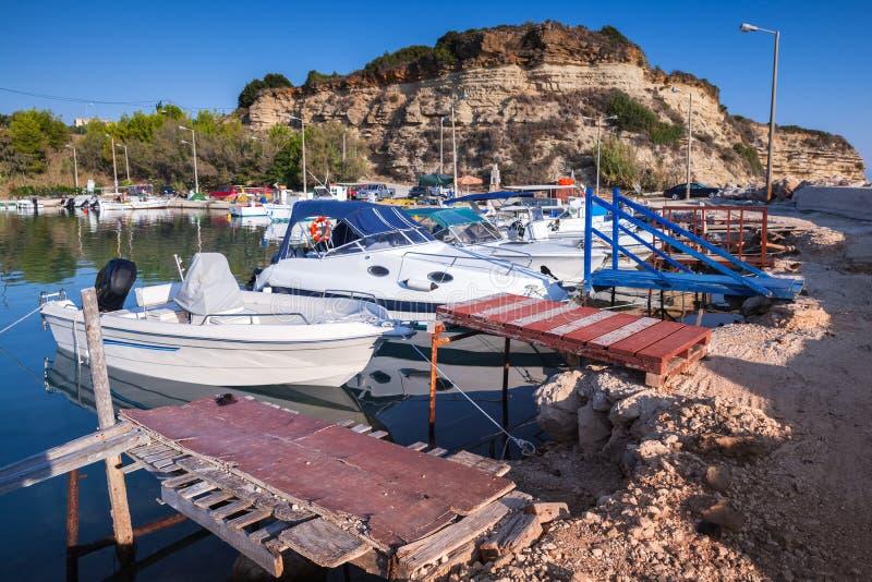 Barcos de pesca amarrados no porto de Zakynthos imagens de stock