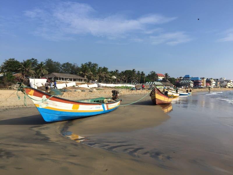 Barcos de pesca anclados en la playa de Mahabalipuram fotografía de archivo libre de regalías