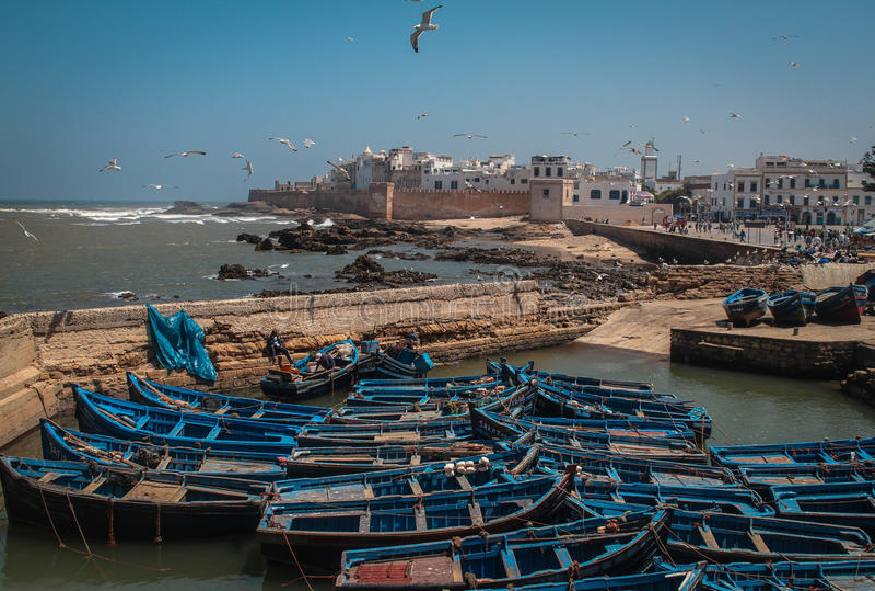Barcos de pesca azuis fotos de stock