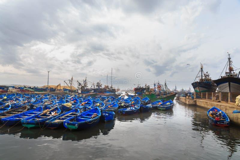 Barcos de pesca azuis pequenos no porto de Essaouira fotografia de stock royalty free
