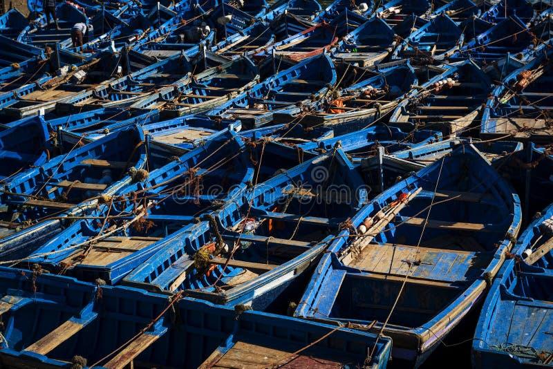 Barcos de pesca azuis tradicionais no porto de Essaouira em Marrocos fotografia de stock
