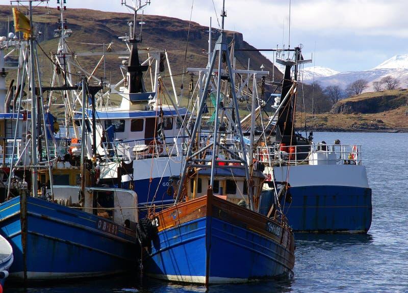 Barcos de pesca azules imágenes de archivo libres de regalías