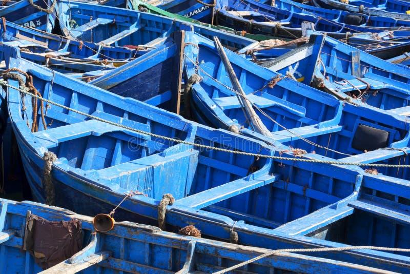 Barcos de pesca azules en Essaouira. foto de archivo