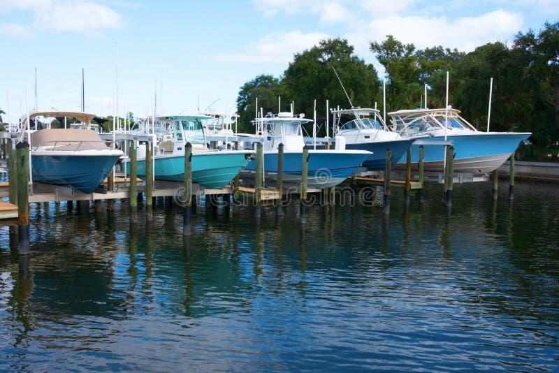 Barcos de pesca caros caros em elevadores do barco na doca foto de stock