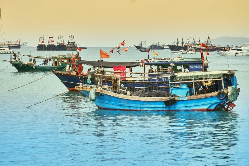 Barcos de pesca chinos en la bah?a foto de archivo libre de regalías
