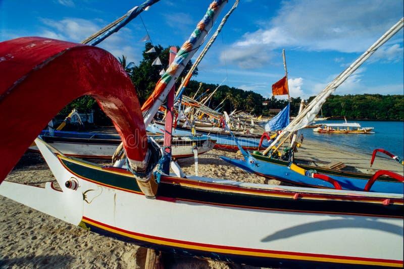Barcos de pesca coloridos em Padangbai, Bali, Indonésia fotos de stock royalty free