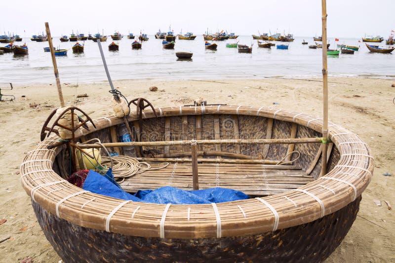 Barcos de pesca coloridos en el destino turístico popular Mui Ne, Vietnam fotografía de archivo
