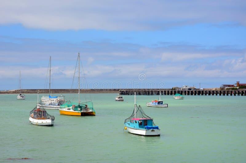 Barcos de pesca coloridos en un puerto foto de archivo libre de regalías
