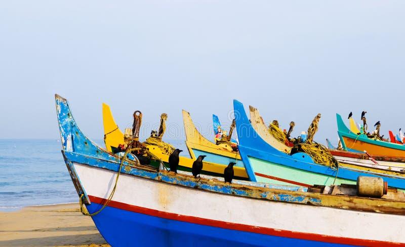 Barcos de pesca coloridos, Kerala, la India imagenes de archivo