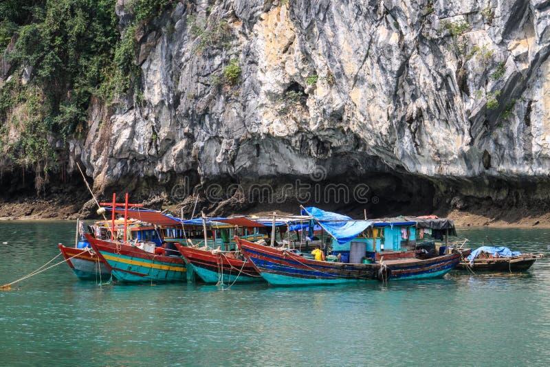 Barcos de pesca coloridos de la bahía de Halong, Quang Ninh Province, Vietnam imagen de archivo libre de regalías