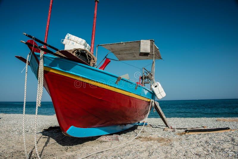 Barcos de pesca coloridos no apulia imagem de stock royalty free