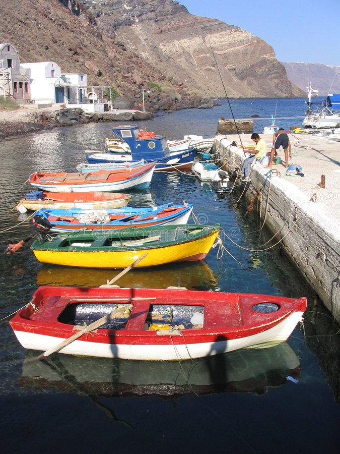 Barcos de pesca coloridos, Santorini, Grecia imagen de archivo