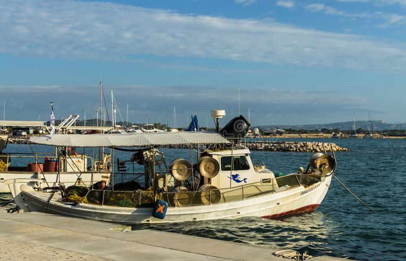 Barcos de pesca coloridos tradicionais no porto do Katakolon, Grécia foto de stock royalty free