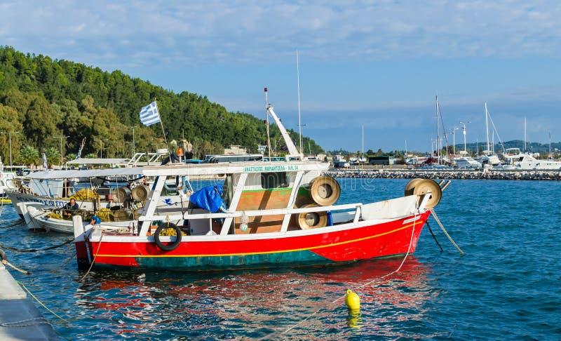 Barcos de pesca coloridos tradicionales en el puerto del Katakolo Olimpia, Grecia fotografía de archivo