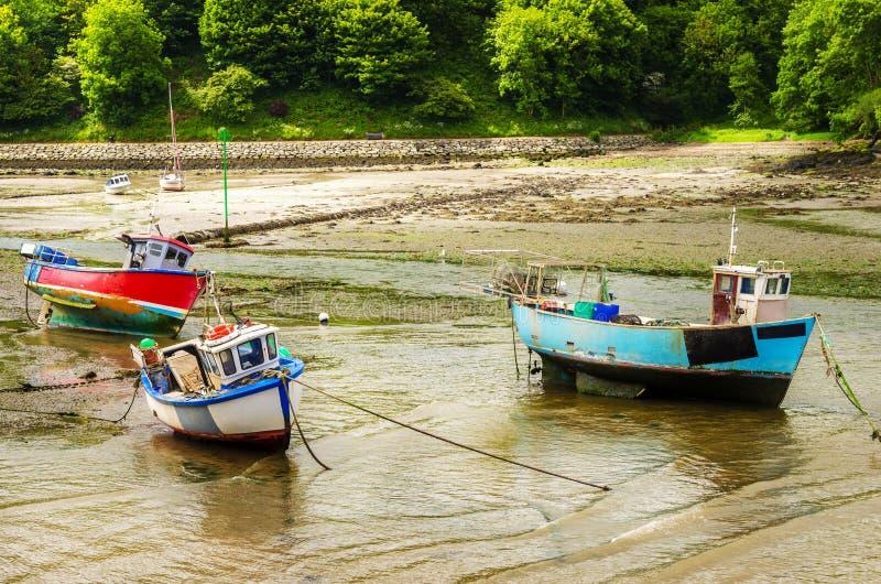 Barcos de pesca coloridos viejos en puerto fotos de archivo