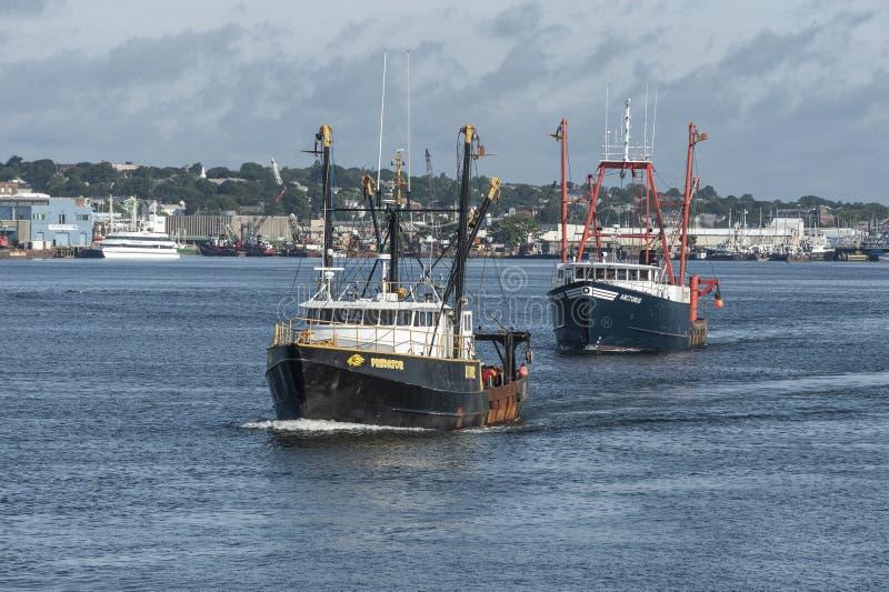 Barcos de pesca comerciais Predator e Arcturus abandonando New Bedford imagem de stock