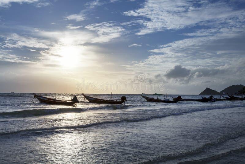 Barcos de pesca con puesta del sol hermosa y romántica KOH Tao imagen de archivo libre de regalías