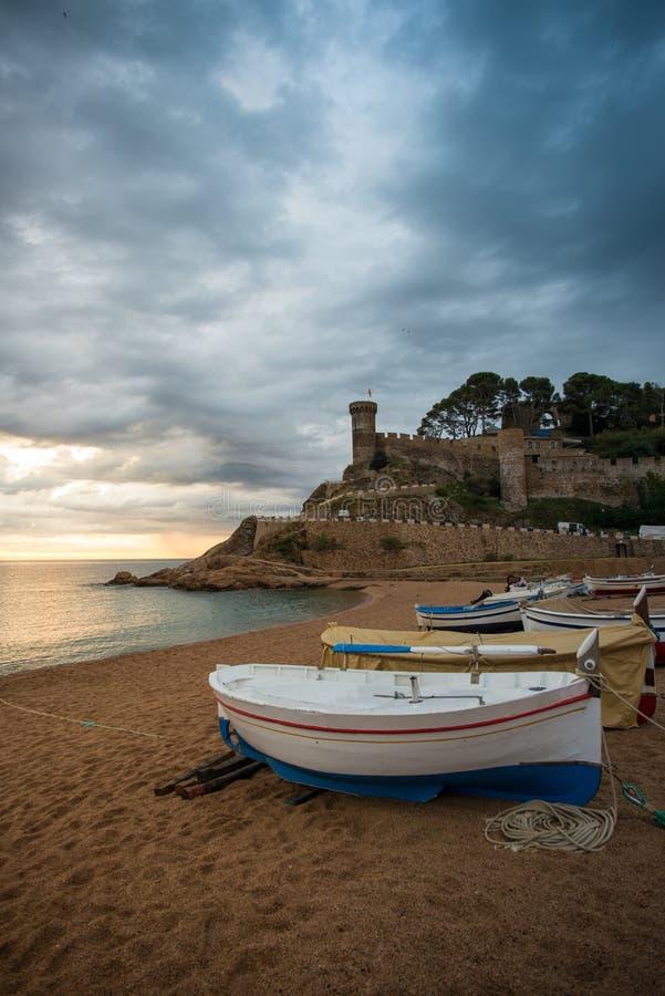 Barcos de pesca en la playa fotografía de archivo libre de regalías