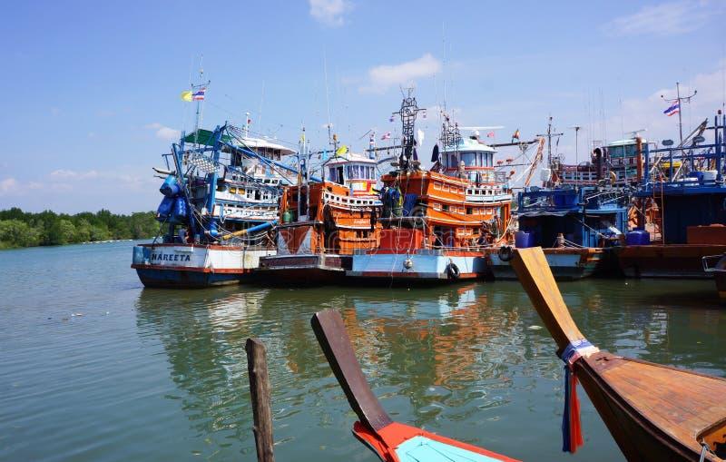 Barcos de pesca contra trawlers fotografía de archivo
