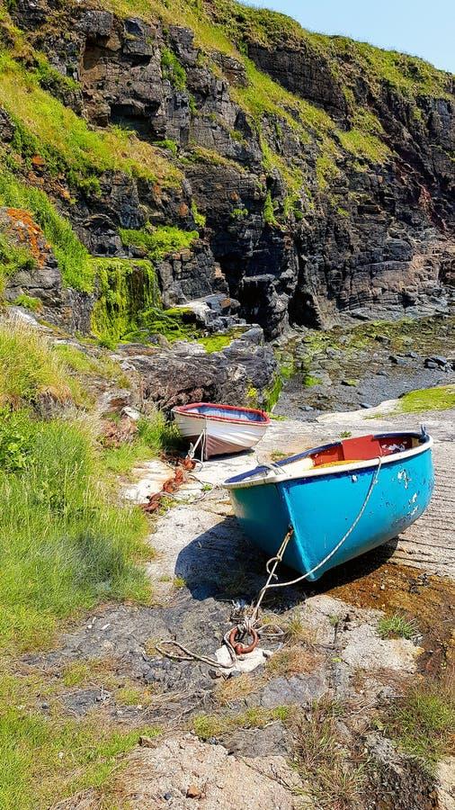 Barcos de pesca costeira no molhe de pedra imagem de stock
