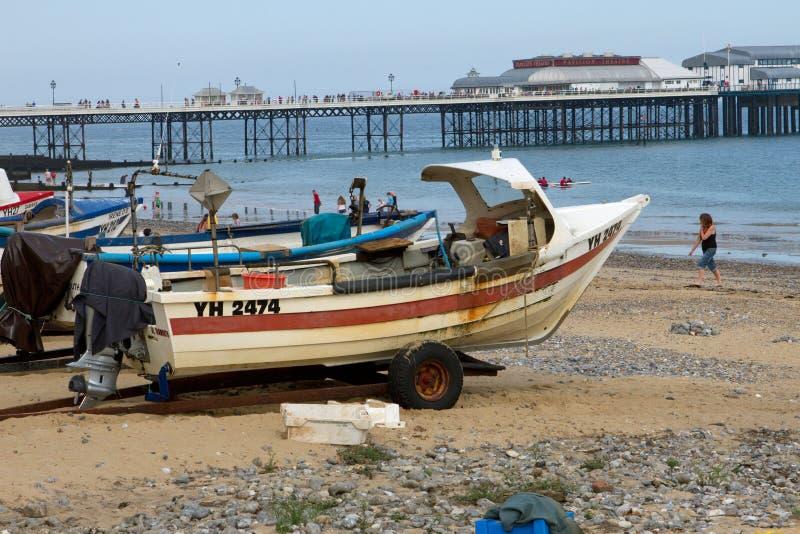 Barcos de pesca de Cromer com o cais victorian na distância imagens de stock