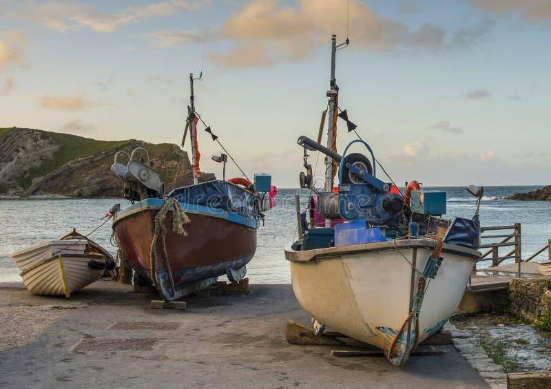 Barcos de pesca de la ensenada de Lulworth fotos de archivo libres de regalías