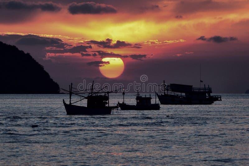 Barcos de pesca de la silueta fotografía de archivo libre de regalías