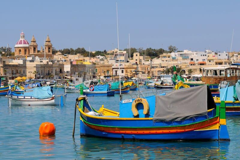Barcos de pesca de Malta na vila de Marsaxlokk fotografia de stock royalty free