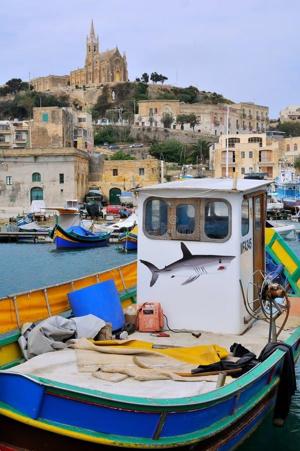 Barcos de pesca de Malta na vila de Mgarr fotografia de stock