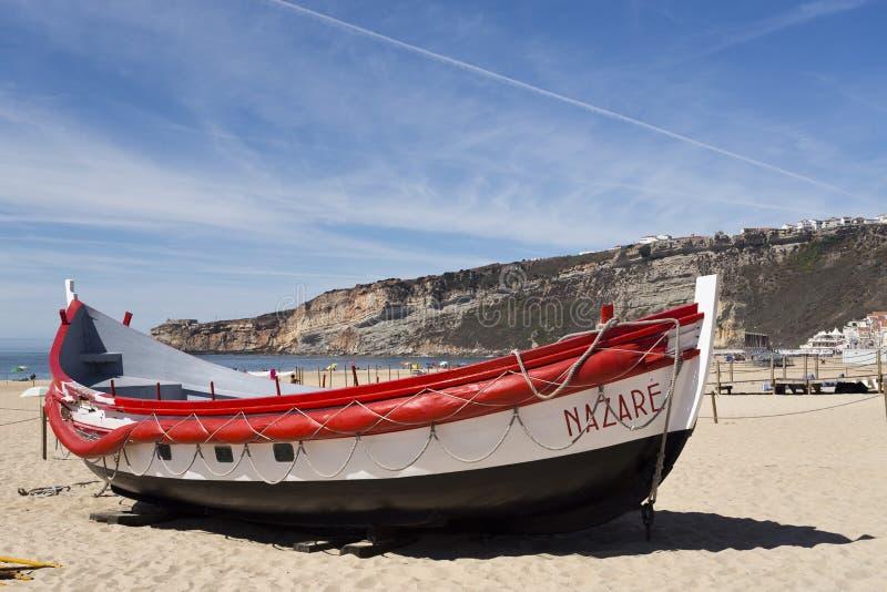 Download Barcos de pesca de Nazare foto editorial. Imagem de praia - 80101436
