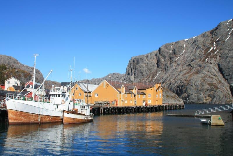 Barcos de pesca de Nusfjord em Lofoten fotos de stock