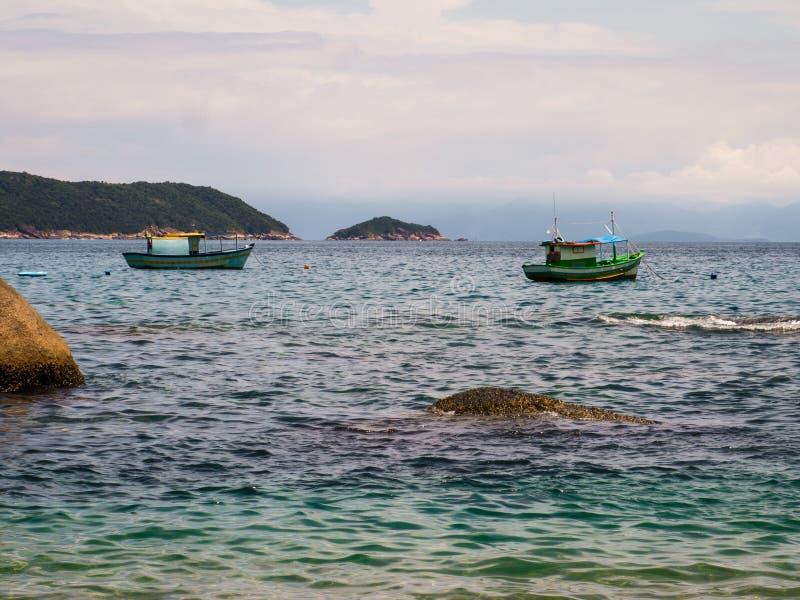 Barcos de pesca de Paraty foto de archivo