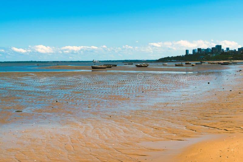 Barcos de pesca durante el Oc?ano ?ndico Mozambique ?frica de las aceitunas imágenes de archivo libres de regalías