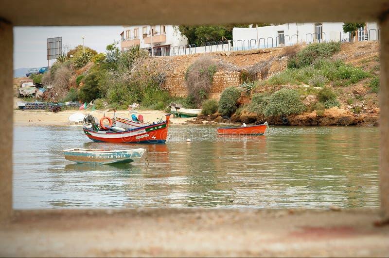 Barcos de pesca em Ferragudo, o Algarve, Portugal foto de stock
