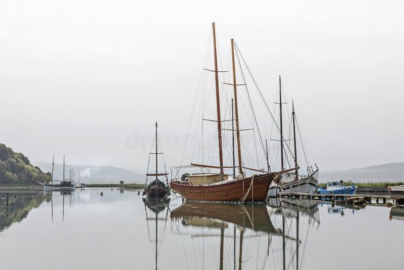 Barcos de pesca em Seca em Eslovênia imagem de stock