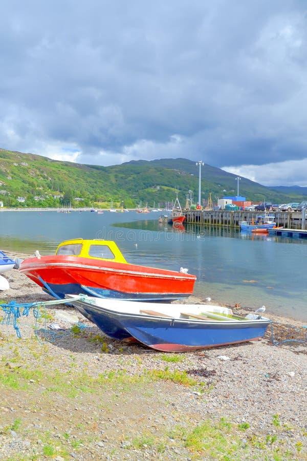 Barcos de pesca em um litoral fotos de stock