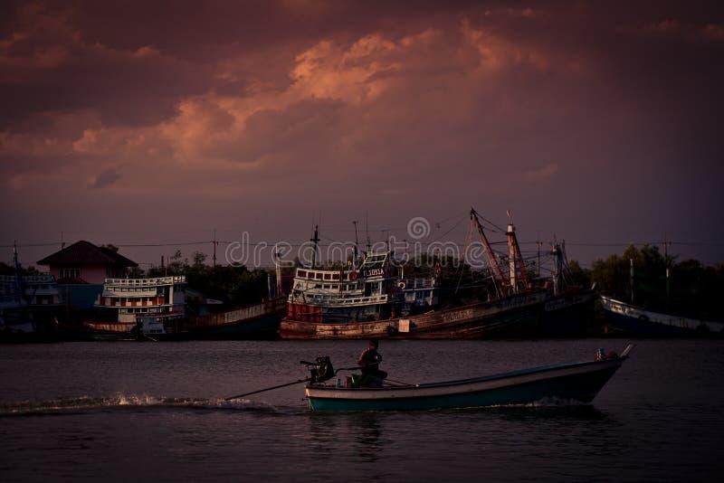 Barcos de pesca em um mar fotos de stock royalty free