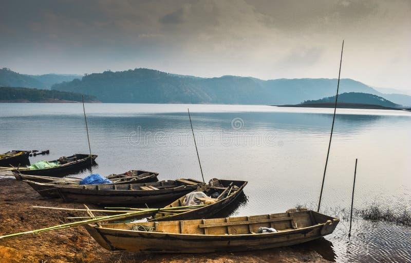 Barcos de pesca em uma costa em um dia de verão fotos de stock