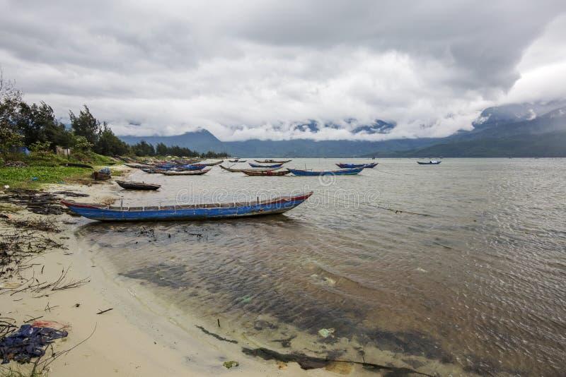 Barcos de pesca en el embarcadero imagen de archivo libre de regalías