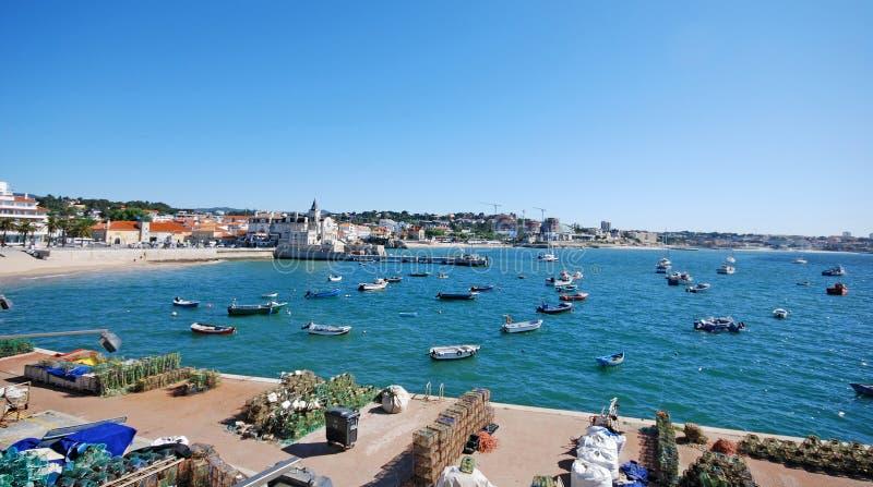Barcos de pesca en el mar en el pueblo costero Cascais, Portugal fotografía de archivo libre de regalías