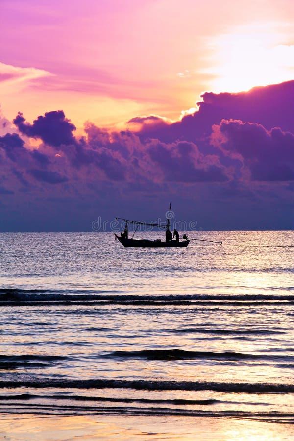 Barcos de pesca en el mar Fondo de la salida del sol fotografía de archivo libre de regalías