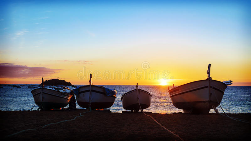 Barcos de pesca en el mar Mediterráneo en fondo de la salida del sol fotografía de archivo