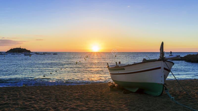 Barcos de pesca en el mar Mediterráneo en salida del sol fotografía de archivo libre de regalías