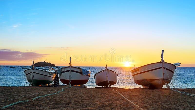 Barcos de pesca en el mar Mediterráneo en fondo de la salida del sol imagen de archivo
