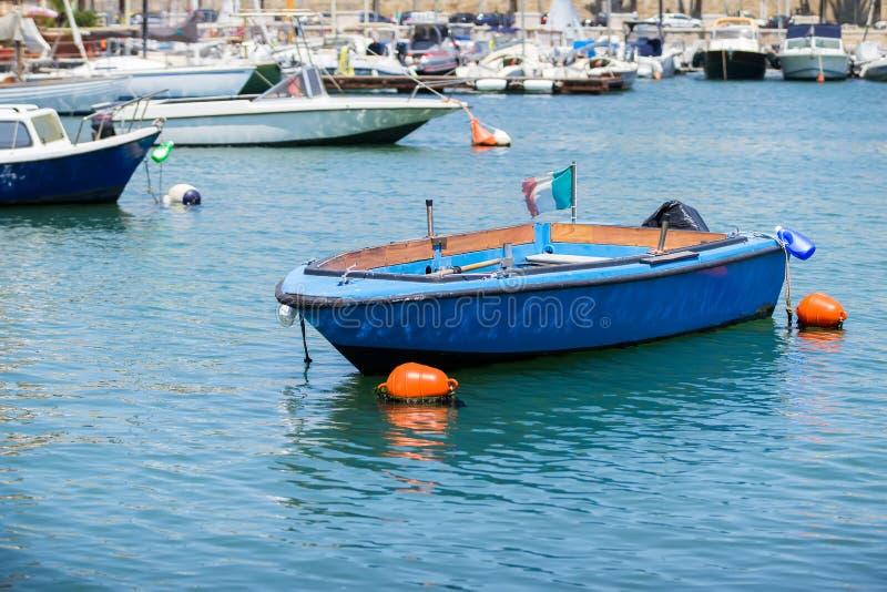 Barcos de pesca en el pequeño puerto de Bari, Apulia imágenes de archivo libres de regalías