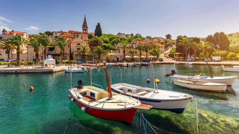 Barcos de pesca en el pueblo de Splitska con el puerto hermoso, isla de Brac, Croacia Pueblo de Splitska en la opinión de la oril imágenes de archivo libres de regalías
