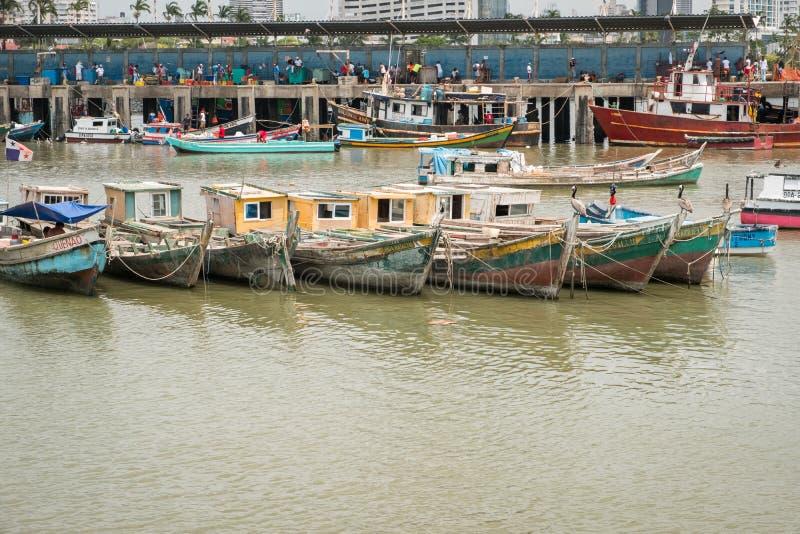 Barcos de pesca en el puerto comercial del mercado de pescados con el CCB del horizonte foto de archivo