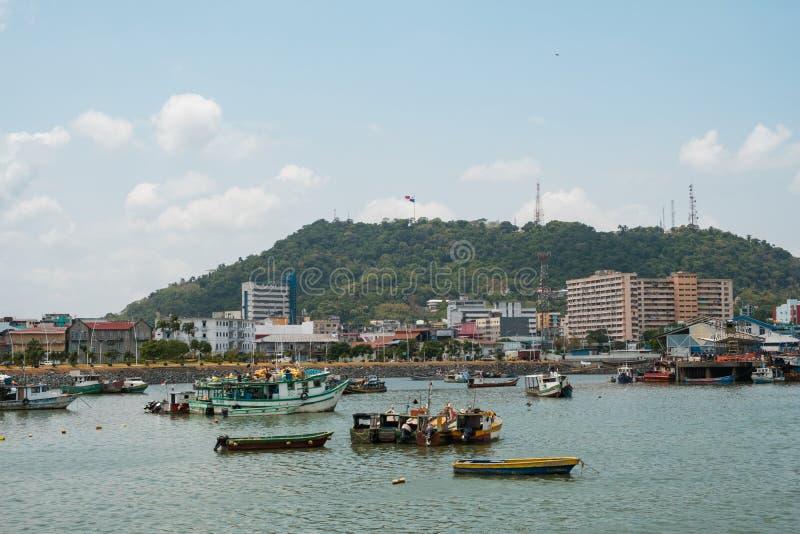Barcos de pesca en el puerto comercial del mercado de pescados con el CCB del horizonte imagen de archivo libre de regalías