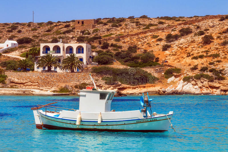20 06 2016 - Barcos de pesca en el puerto de Agios Georgios, isla de Iraklia foto de archivo libre de regalías