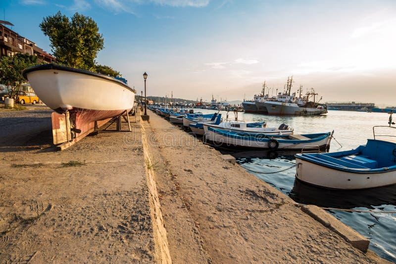 Barcos de pesca en el puerto de Sozopol en la puesta del sol fotografía de archivo